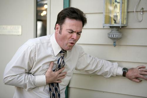 Мужчина страдает от кашля при вирусном бронхите
